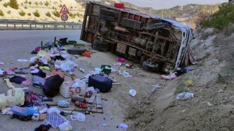 Devrilen kamyonetteki anne öldü, eşi ve 2 çocuğu yaralı
