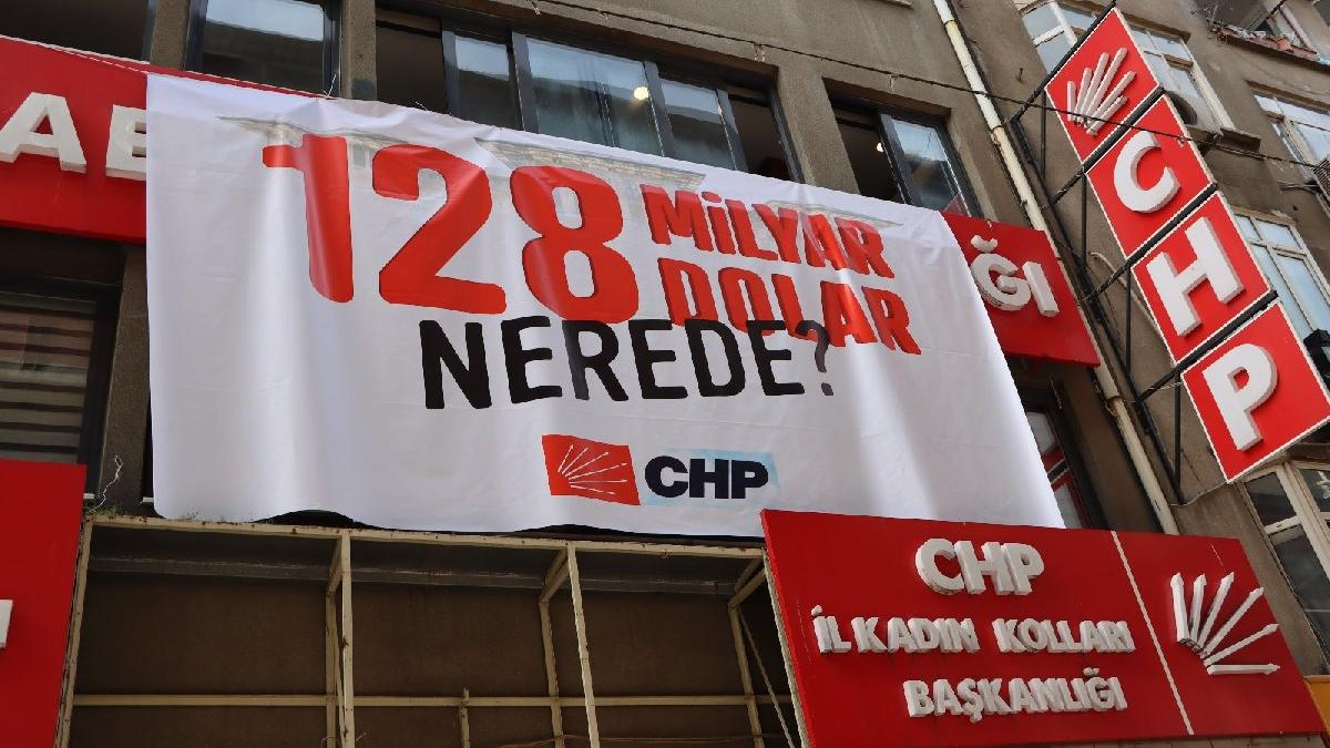 AKP'li belediyenin indirdiği afişleri CHP yeniden astı