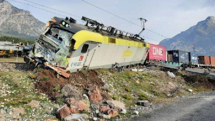 Adana'da yük treni raydan çıktı