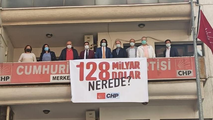 Polis kaldırdı CHP'liler astı, il başkanına 427 lira ceza kesildi