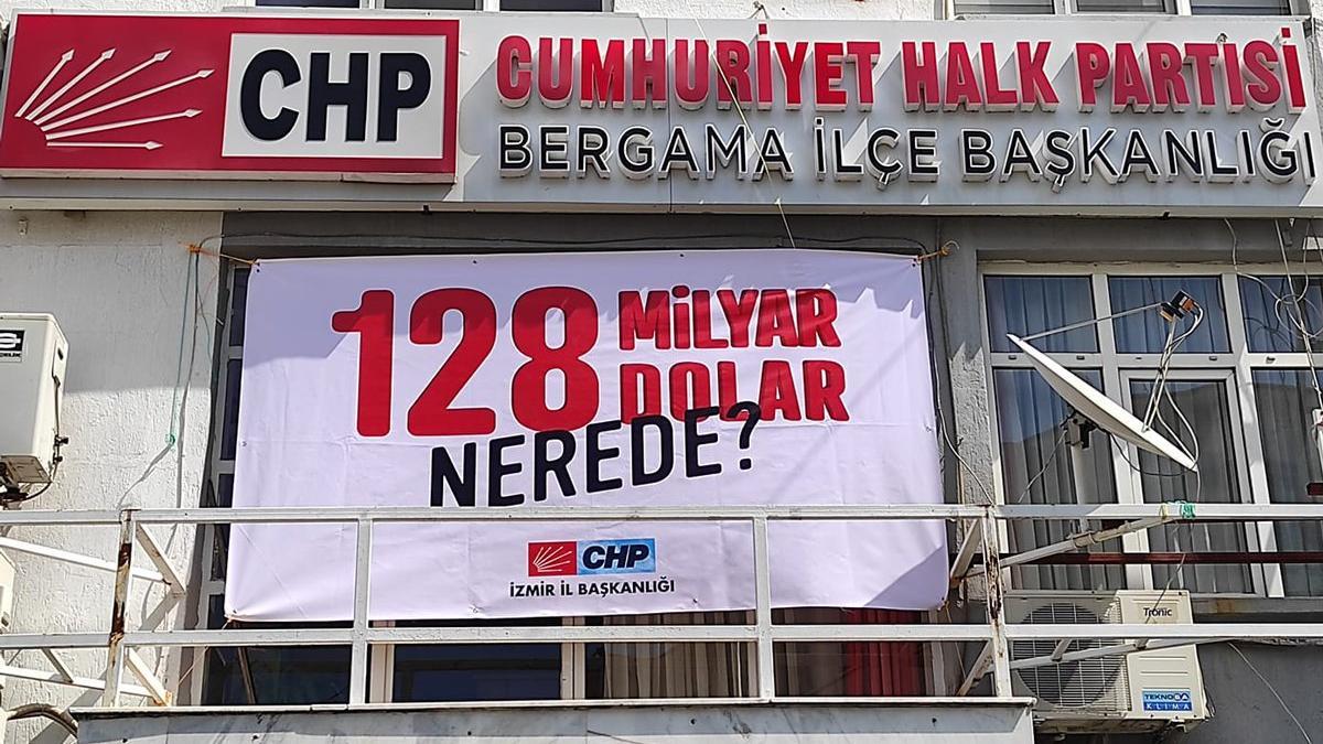 İzmir'deki '128 milyar dolar nerede?' afişleri de kaldırıldı