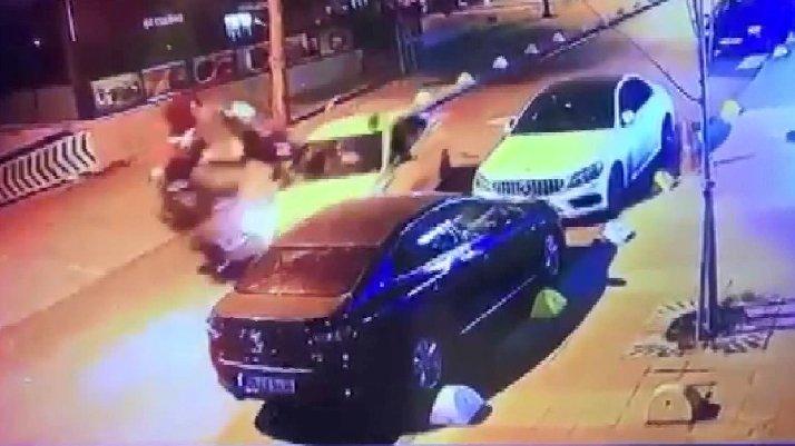 İstanbul'da taksiyle motosikletli kafa kafaya böyle çarpıştı