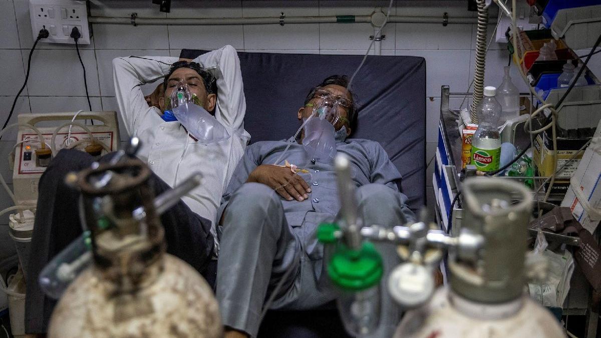 Hindistan'da rekor üstüne rekor... Sağlık sistemi çöktü: Bir yatakta iki hasta