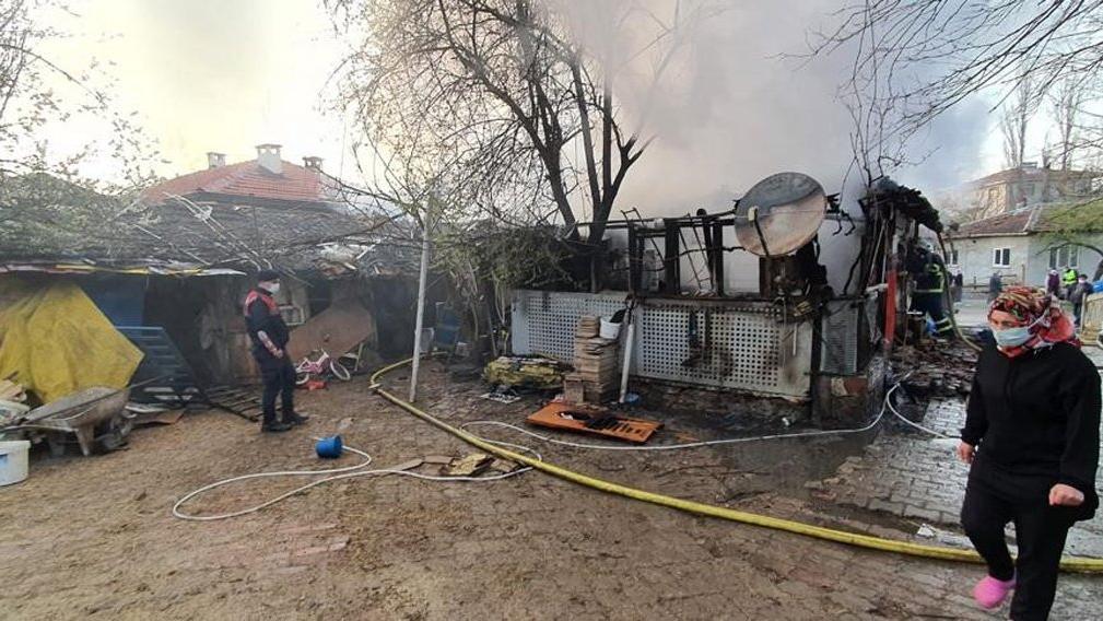 Korkutan yangında ev kullanılmaz hale geldi