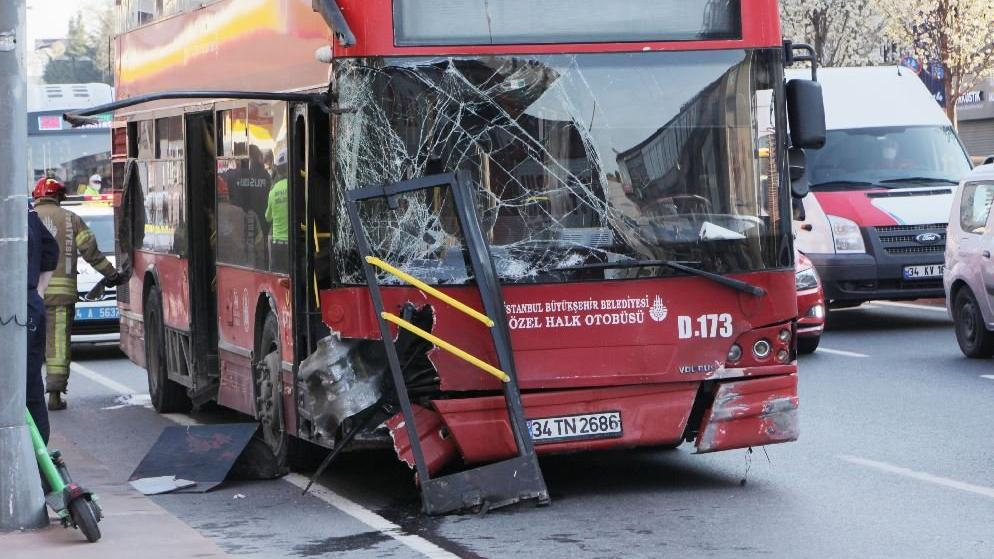 Beşiktaş'ta çift katlı İETT otobüsü kaza yaptı