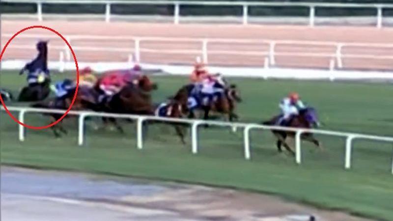 Adana'da at yarışında feci kaza... İki jokeyde kırıklar var