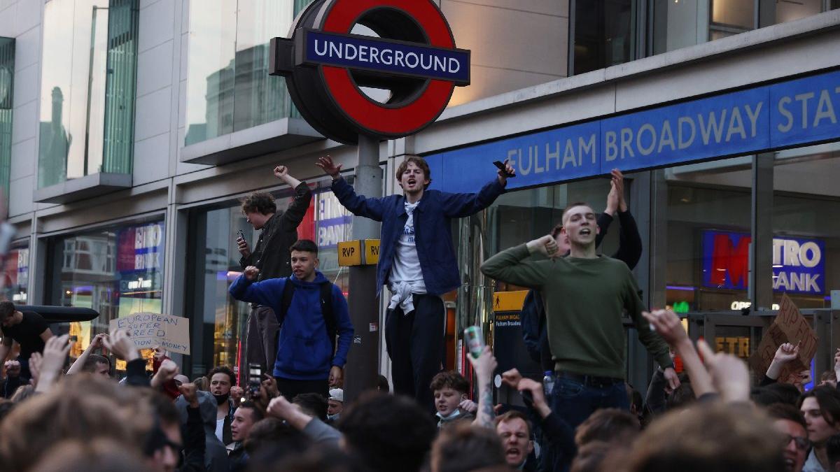 Chelsea taraftarı protesto etti, karardan vazgeçildi