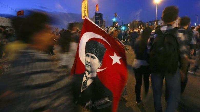 23 Nisan'da Atatürk anıtına çelenk sunma törenleri de engellendi