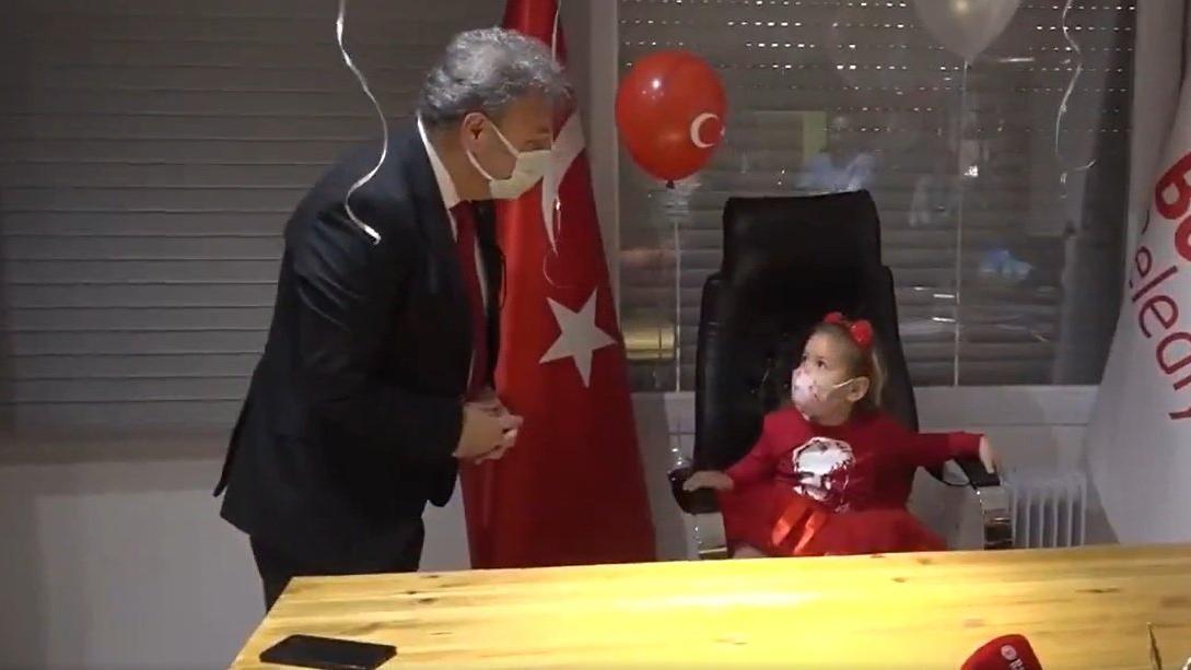 İzmir depreminin simgesi Ayda bebek 23 Nisan'da başkanlık koltuğuna oturdu