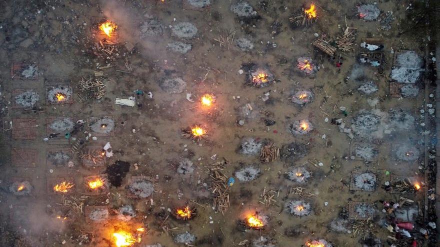 Corona virüsü salgınının en korkunç görüntüsü: Toplu halde yakıyorlar