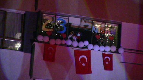 Balkonlarından 23 Nisan'ı kutlamak isteyen vatandaşlara polis engeli