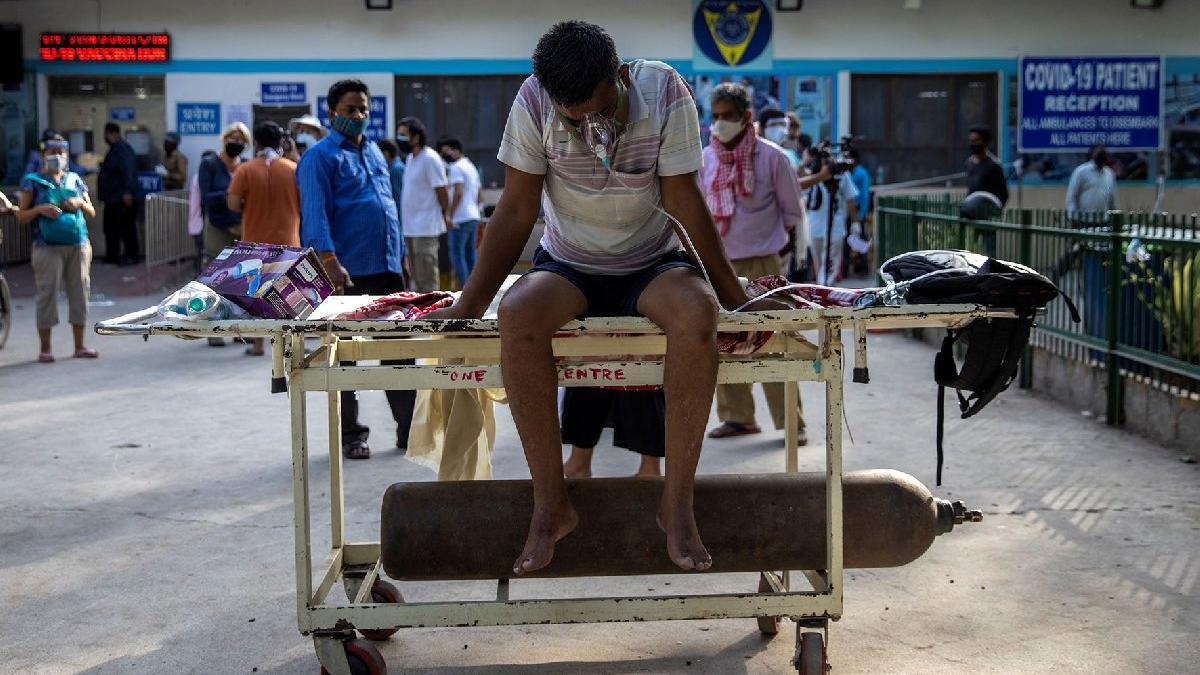 Hindistan'da vaka sayıları günlük 350 bine dayandı... Trenlerle oksijen yetiştiremiyorlar