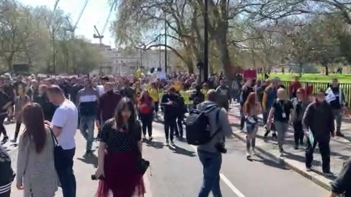 Londra'da aşı pasaportu protesto edildi