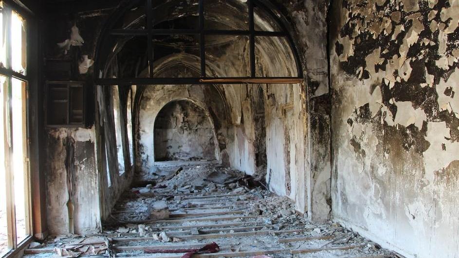 Tarihi camiyi önce ateşe verdiler, sonra define aradılar