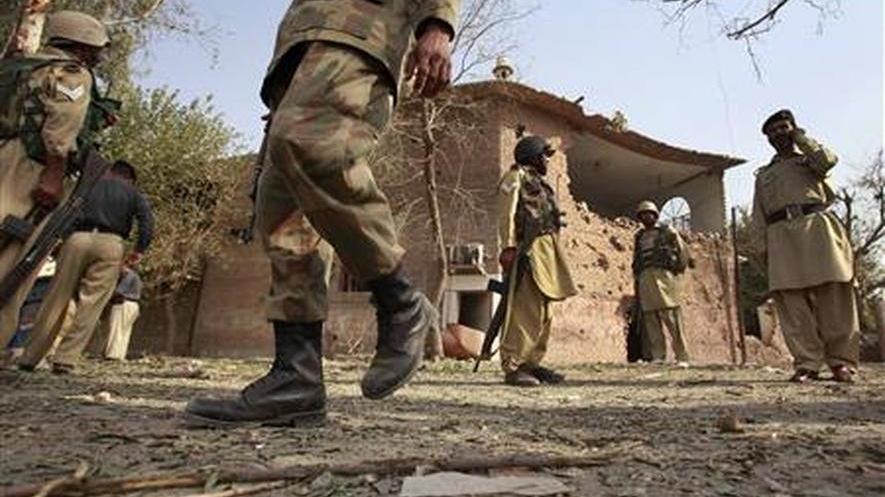 Pakistan'da ordu kısıtlamayı denetlemek için sokağa indi