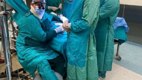 Ameliyatta fenalaşan doktor, ayağına serum taktırarak operasyonu tamamladı