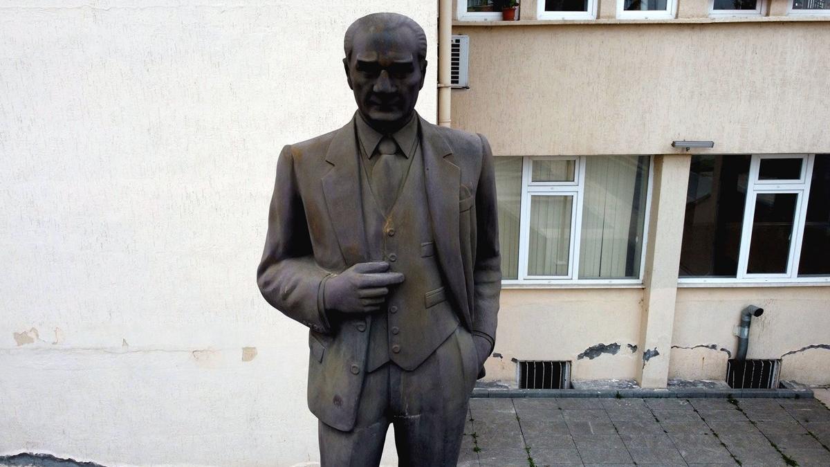 Kaymakamlık önündeki Atatürk heykelinin durumu içler acısı