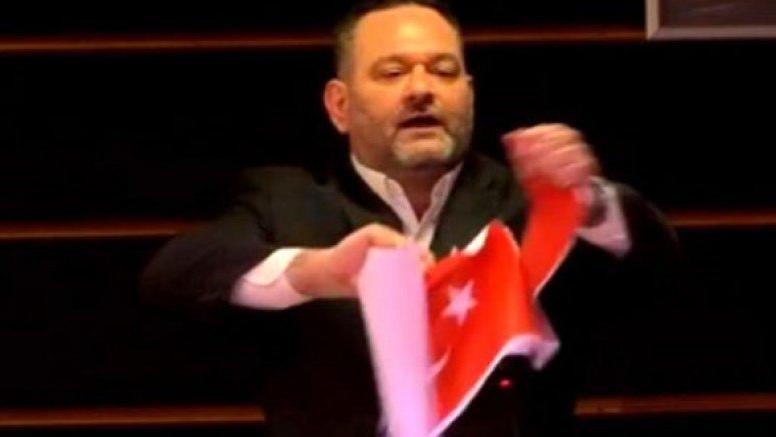 Türk bayrağını yırtan Yunan vekilin dokunulmazlığı kaldırıldı, Belçika'da tutuklandı