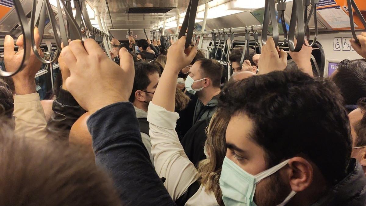 Metroda arıza sosyal mesafeyi unutturdu