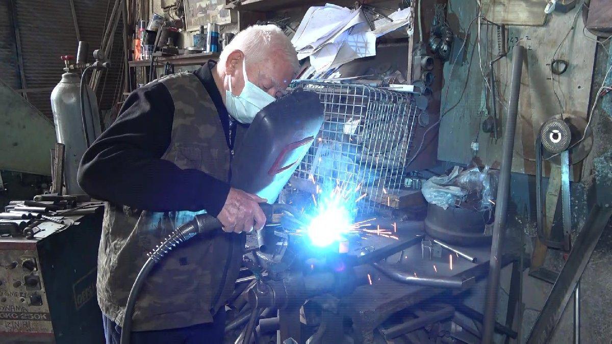83 yaşındaki emekli öğretmen dünyaya akıllı masa satıyor
