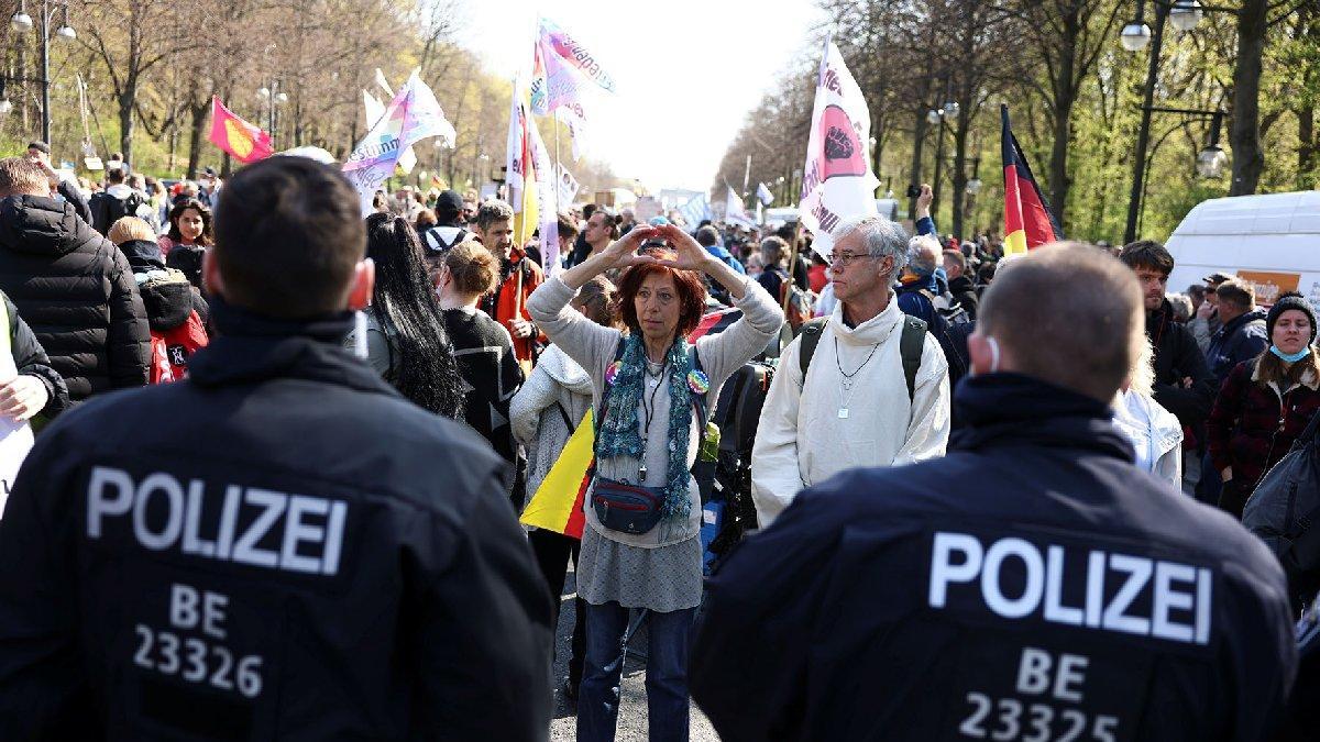 Almanya'da corona karşıtları için kritik karar: İstihbarat servisi izleyecek