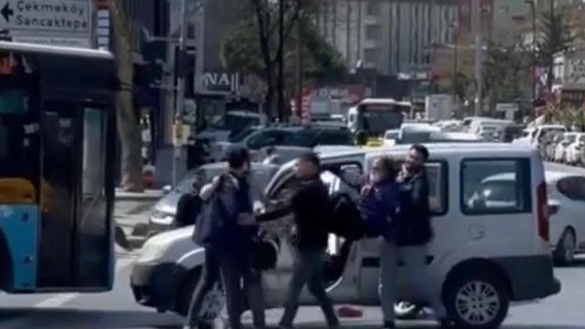 Trafik kavgasında tekmeler, yumruklar havada uçuştu