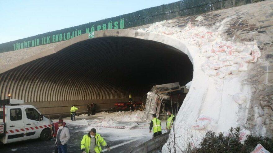 Kuzey Marmara Otoyolu'nda TIR kazası! Köprüye çarptı...