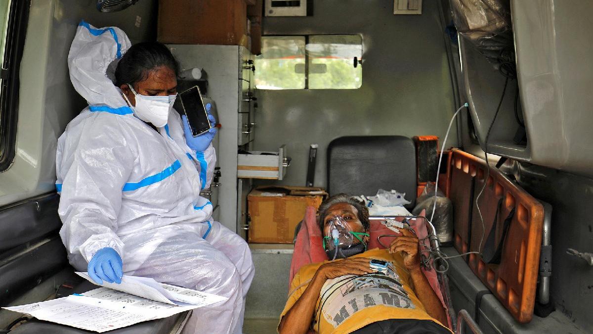 Hindistan'da aynı günde rekor ve facia: Vakalar 400 bini aştı... Corona hastaları yanarak can verdi