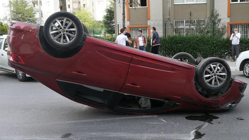 Boş yolda park halindeki otomobile çarpıp takla attı