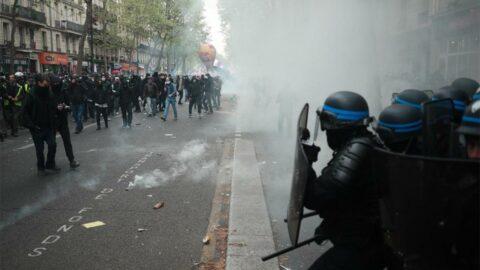 Binlerce kişi sokağa döküldü, ülke karıştı!