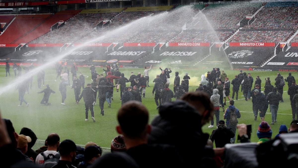 Manchester United taraftarı, Liverpool maçı öncesi stadı bastı! Glazer protestosu...