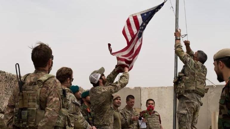 Çekilmede tarihi kare: ABD bayrağı böyle indirildi