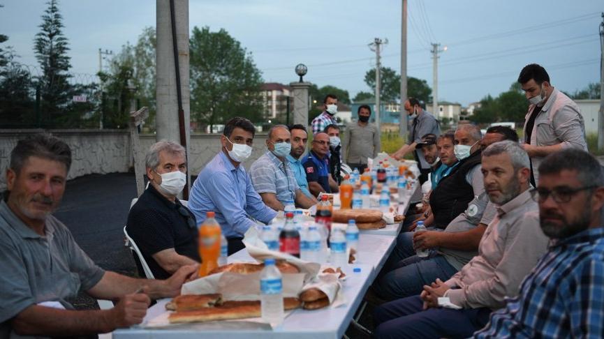 AKP'li başkan genelgeye uymadı, toplu iftar yaptı