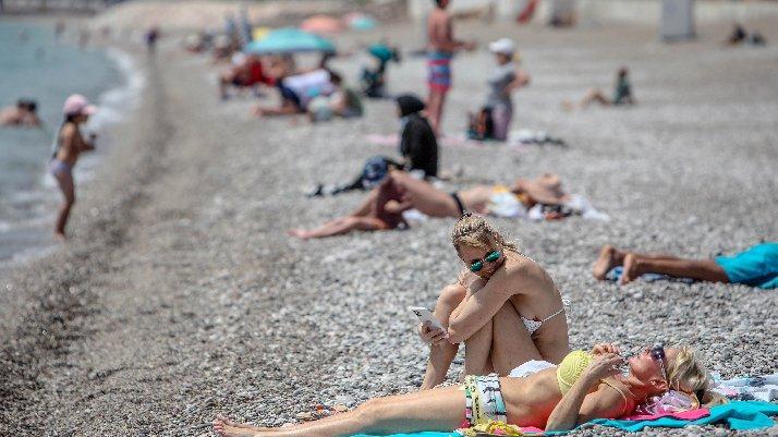 Konyaaltı sahili, tam kapanmada turiste kaldı
