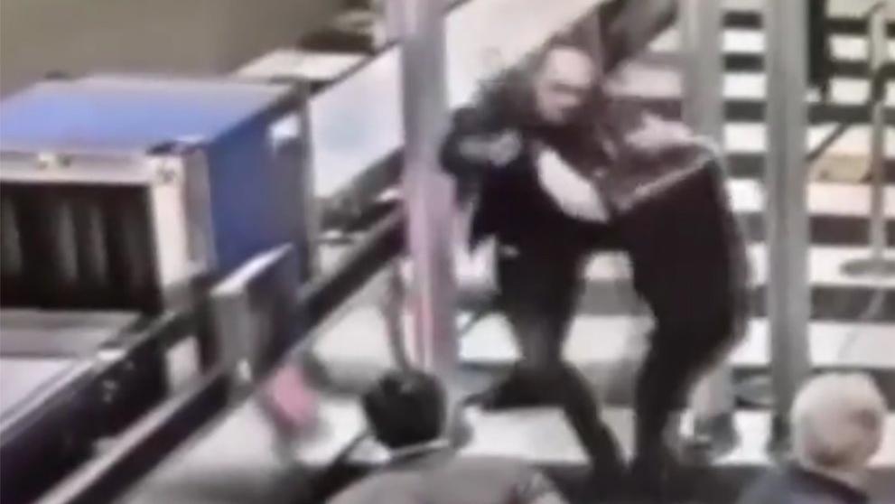 Havalimanına maskesiz girip görevlilere saldırdı
