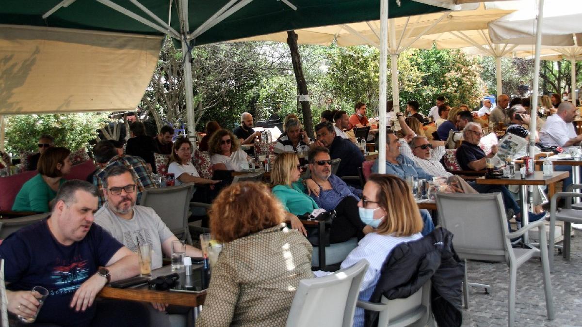 Yunanistan'da kafe ve restoranlar 6 ay sonra açıldı