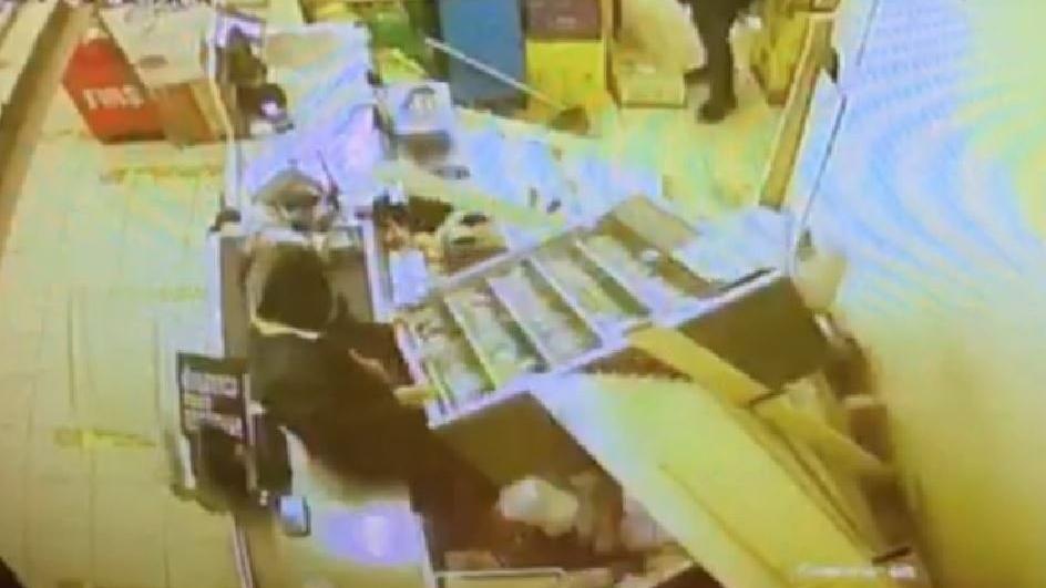 Reyonu üzerlerine deviren şaşkın hırsızlar yakalandı