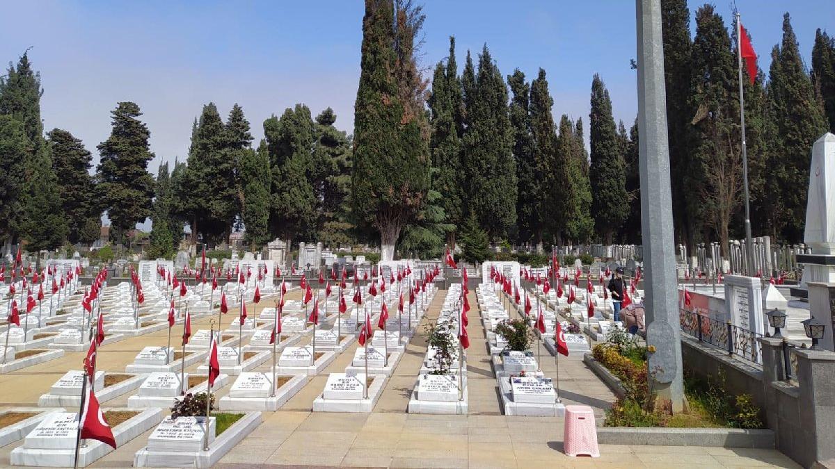 AKP'li belediye, mermerleri lekelediği için mezarlıktaki selvileri kesti