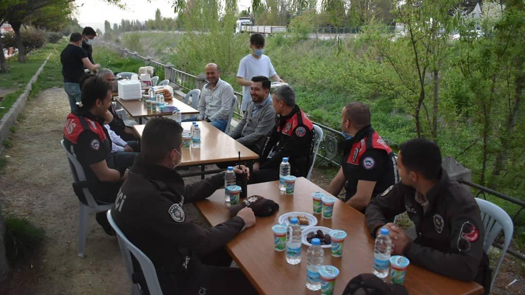 AKP'den polis ve bekçilere toplu iftar yemeği