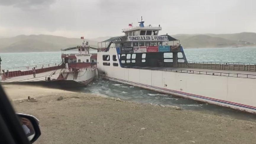 Keban Baraj Gölü'nde 2 feribot çarpıştı