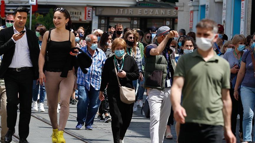 Turistler İstiklal Caddesi'ne akın etti! Maske takmaya bile üşendiler