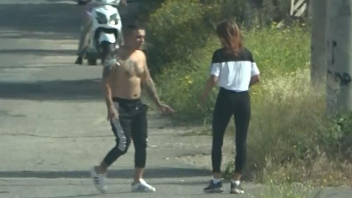 Yarı çıplak arabadan indi, sokaktaki kadının üzerine yürüdü