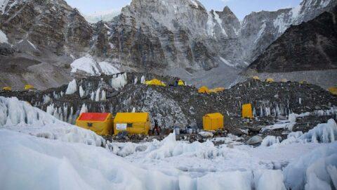 Dünyanın zirvesinde vakalar artıyor: Everest'te 17 kişi pozitif çıktı