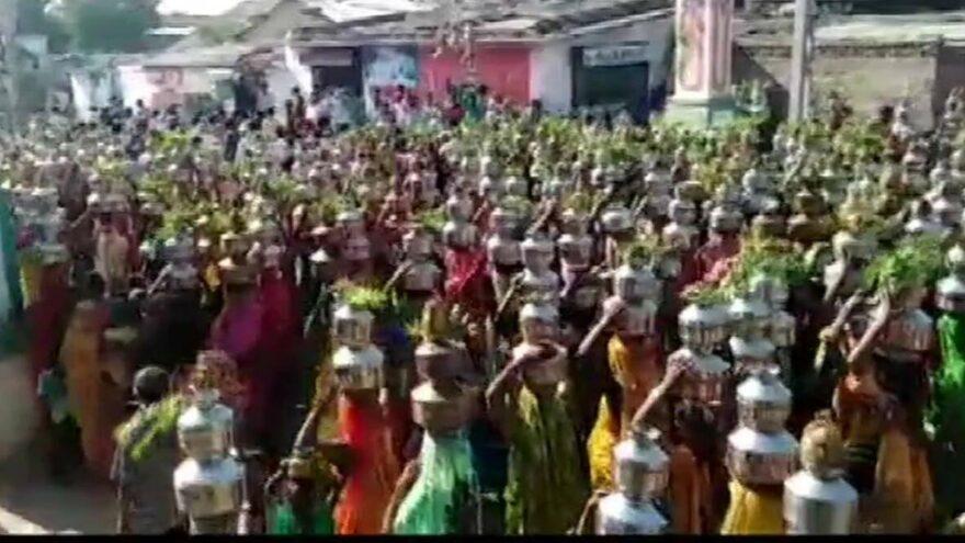 Yüzlerce kadın dini tören için coronayı hiçe saydı