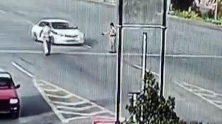 Aşırı hızlı otomobilin çarptığı polis havada taklalar attı