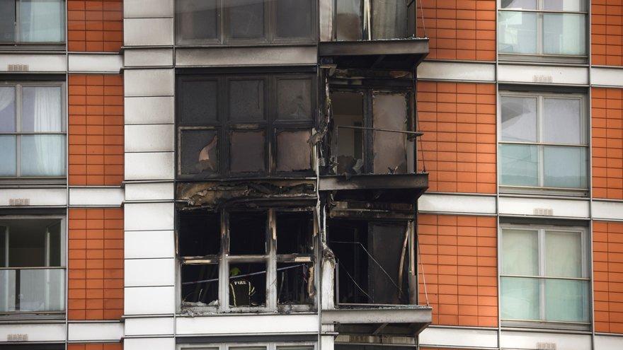 Londra'da korkutan yangın: Yüzlerce insan olay yerinde