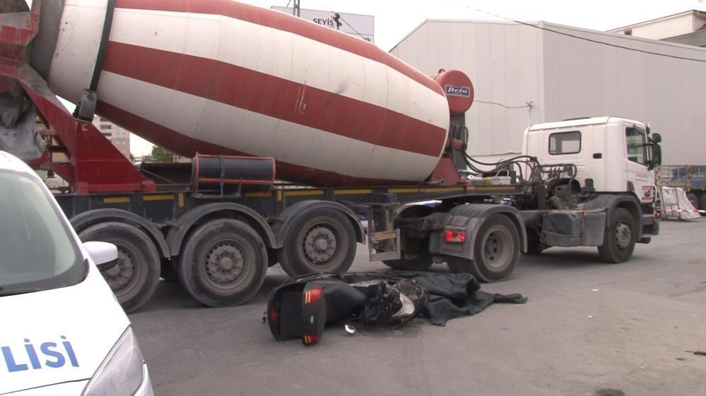 Ataşehir'de feci kaza! Beton mikserinin altında kaldı