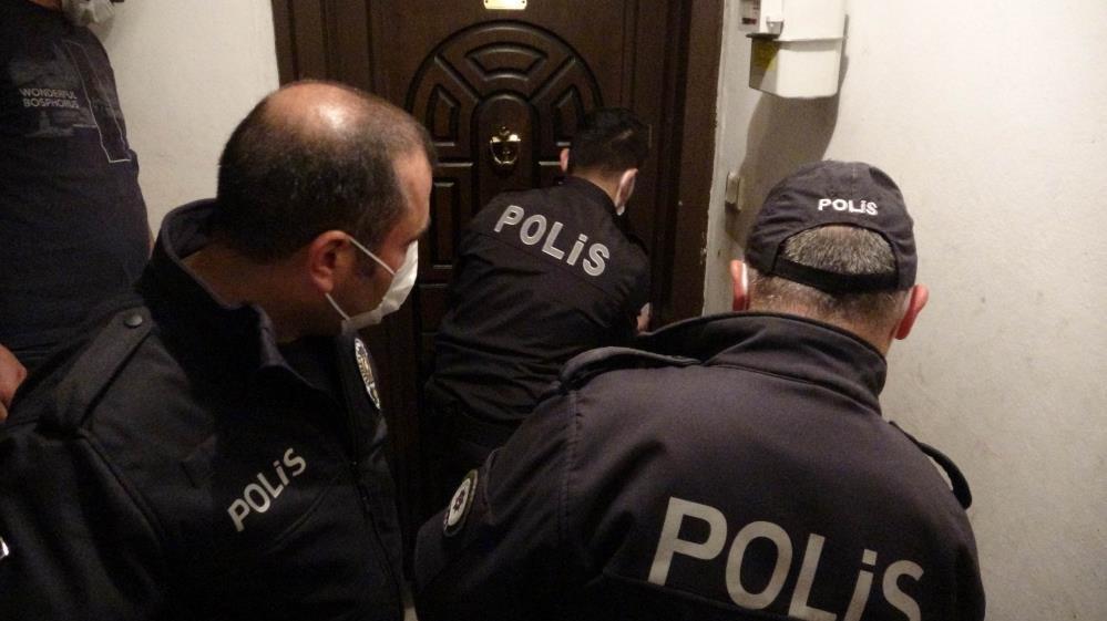 Kapısı kilitli evde ocakta unutulan yemek polisi alarma geçirdi