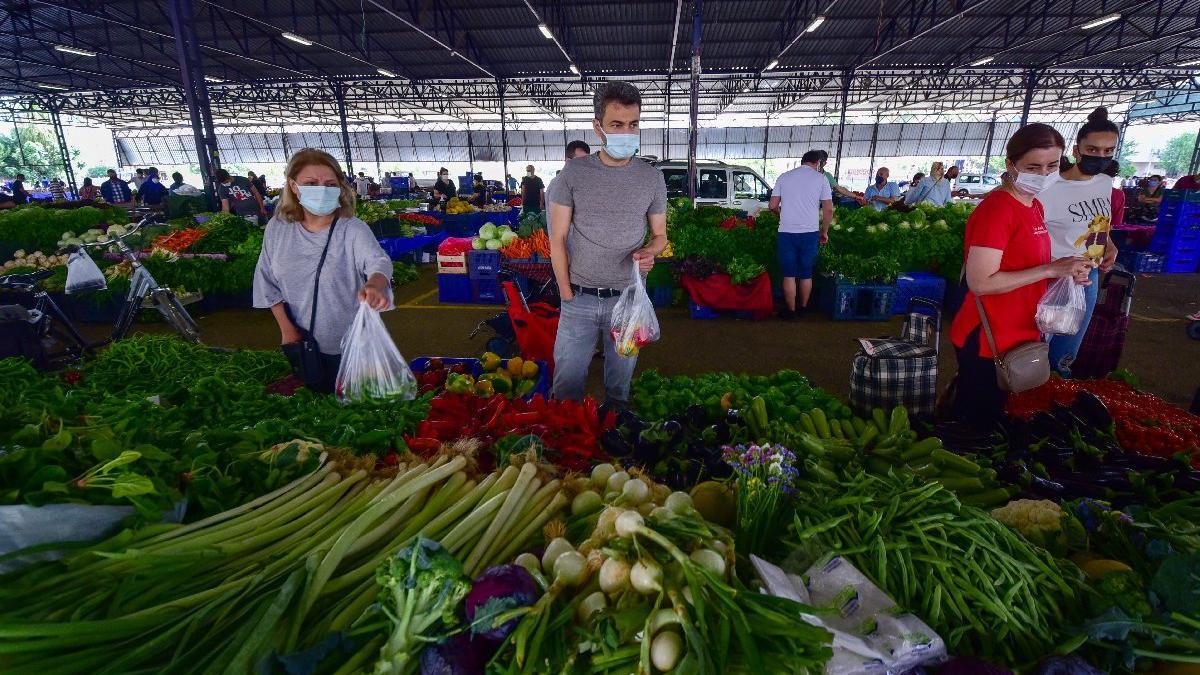 Kilosu 60 kuruşa düşen salatalık, pazarda 8 liradan satılıyor