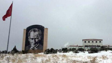 Üniversitede, 'rüzgardan zarar gördü' denilerek kaldırılan Atatürk anıtı hâlâ yerine konmadı